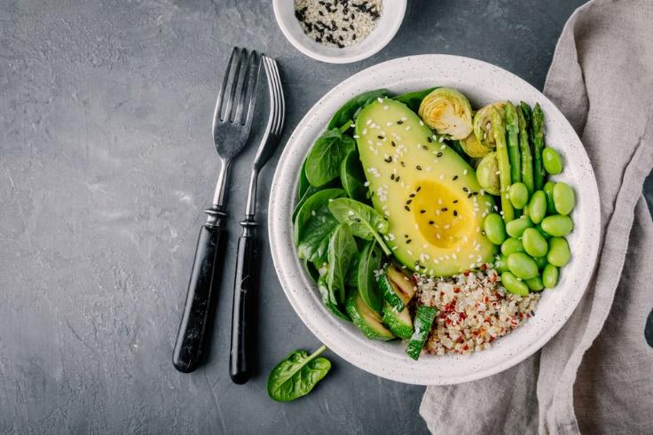野菜の入ったお皿とフォークの画像