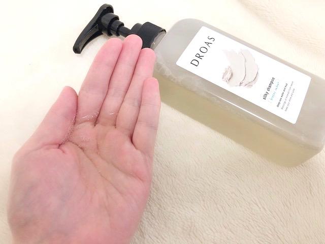 クレイが配合されているシャンプー剤を手に出した画像