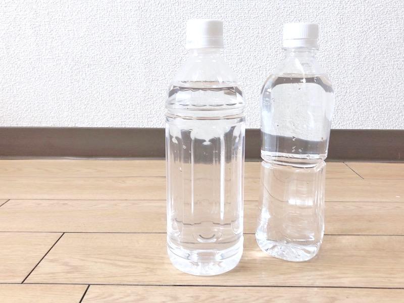 水の入ったペットボトル2本