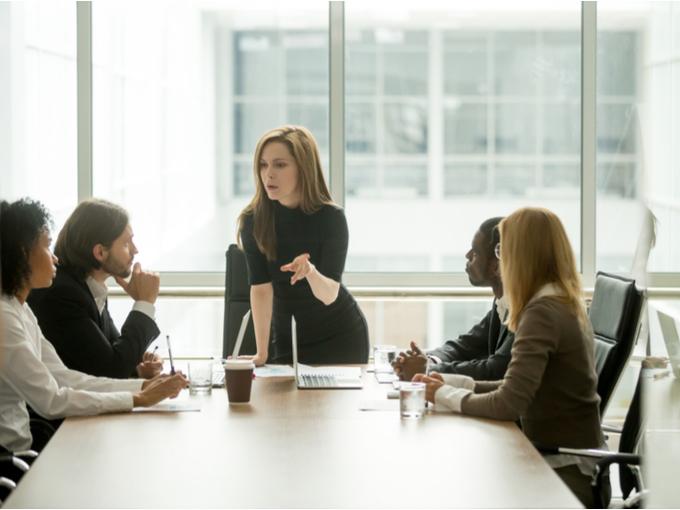 会議で指示を出す女性