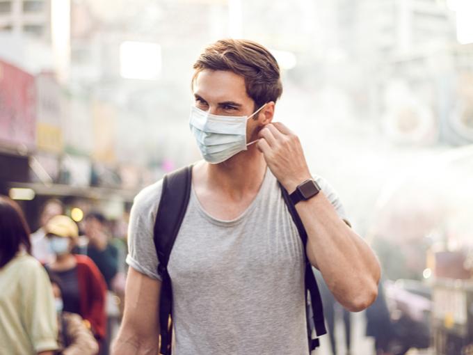 マスクをして街を歩く男性
