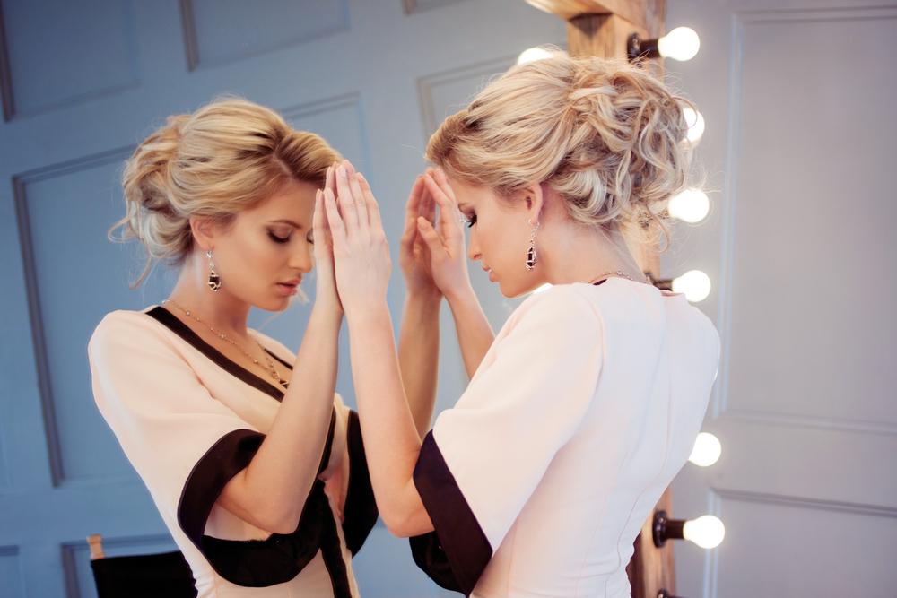 鏡と向き合っている女性の写真