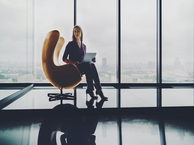 会社の最上階の椅子に座る女性