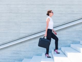 階段をのぼっている女性