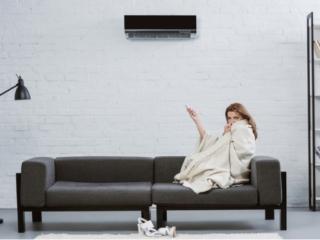 エアコンでさむがる女性