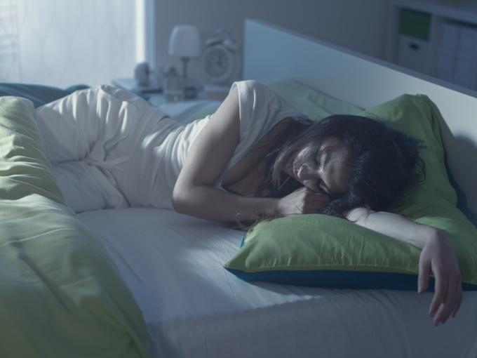 寝苦しそうな女性