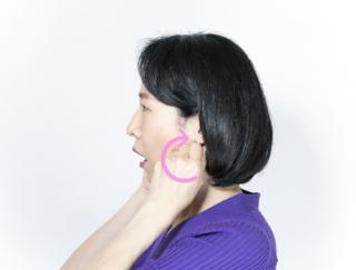マスクの下の「エラ張り」「下がった口角」が気になる… 顔の下半分のお悩みに効果的な顔ヨガ
