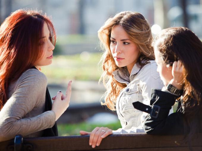 公園で雑談する3人の女性