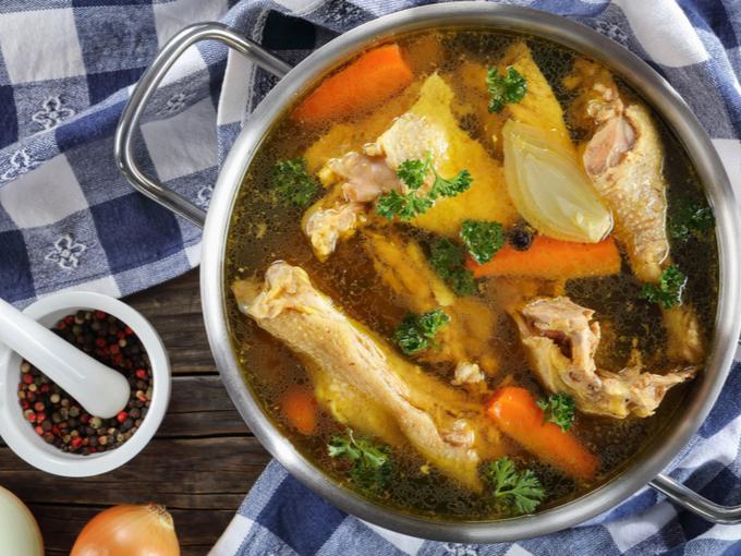 鶏肉の骨を一緒に煮込んだスープ