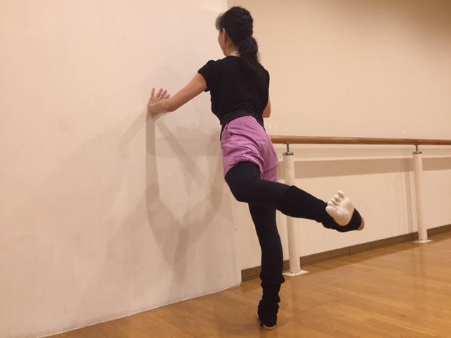 バレエダンサー直伝! お尻や胸を鍛えて美ボディを作る「壁ストレッチ」