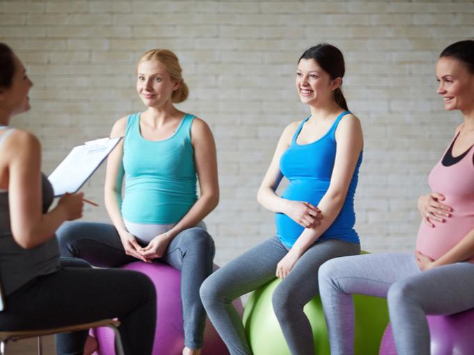 ストレッチ講座に参加する妊婦たち