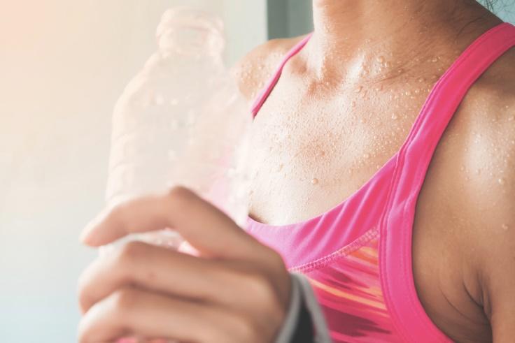 ペットボトルを持った女性の手元画像