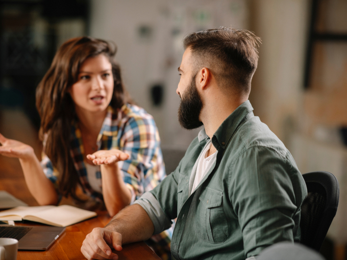 男性と議論する女性