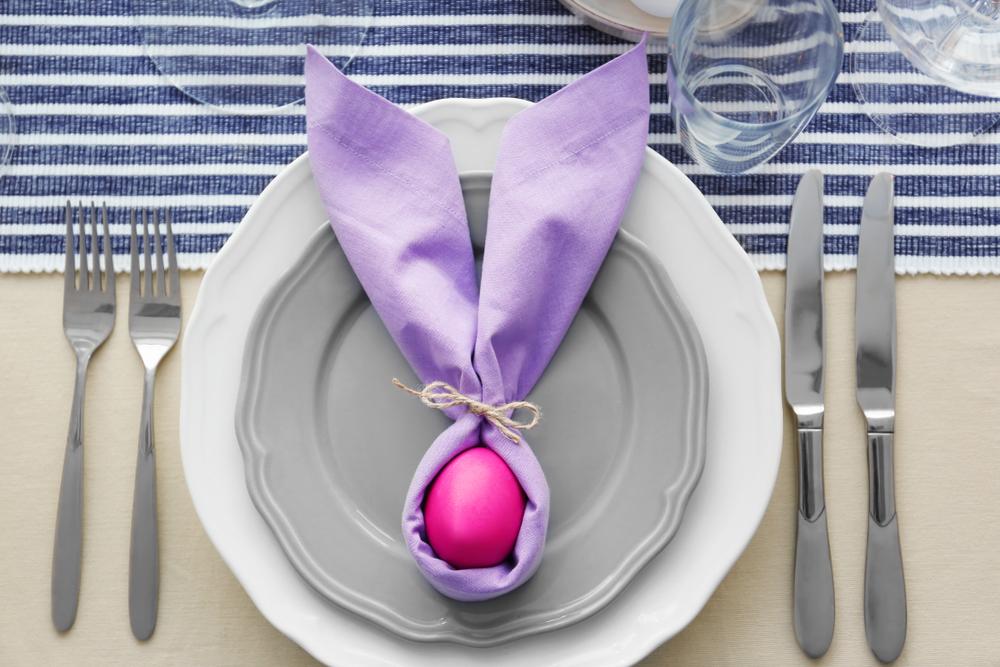 丸いお皿の両サイドにフォークとナイフが置かれたテーブルコーディーネート