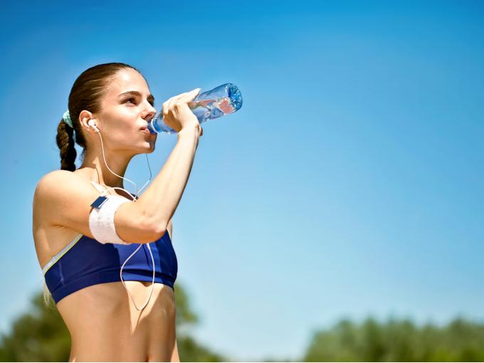 運動のときに水分を補給する女性