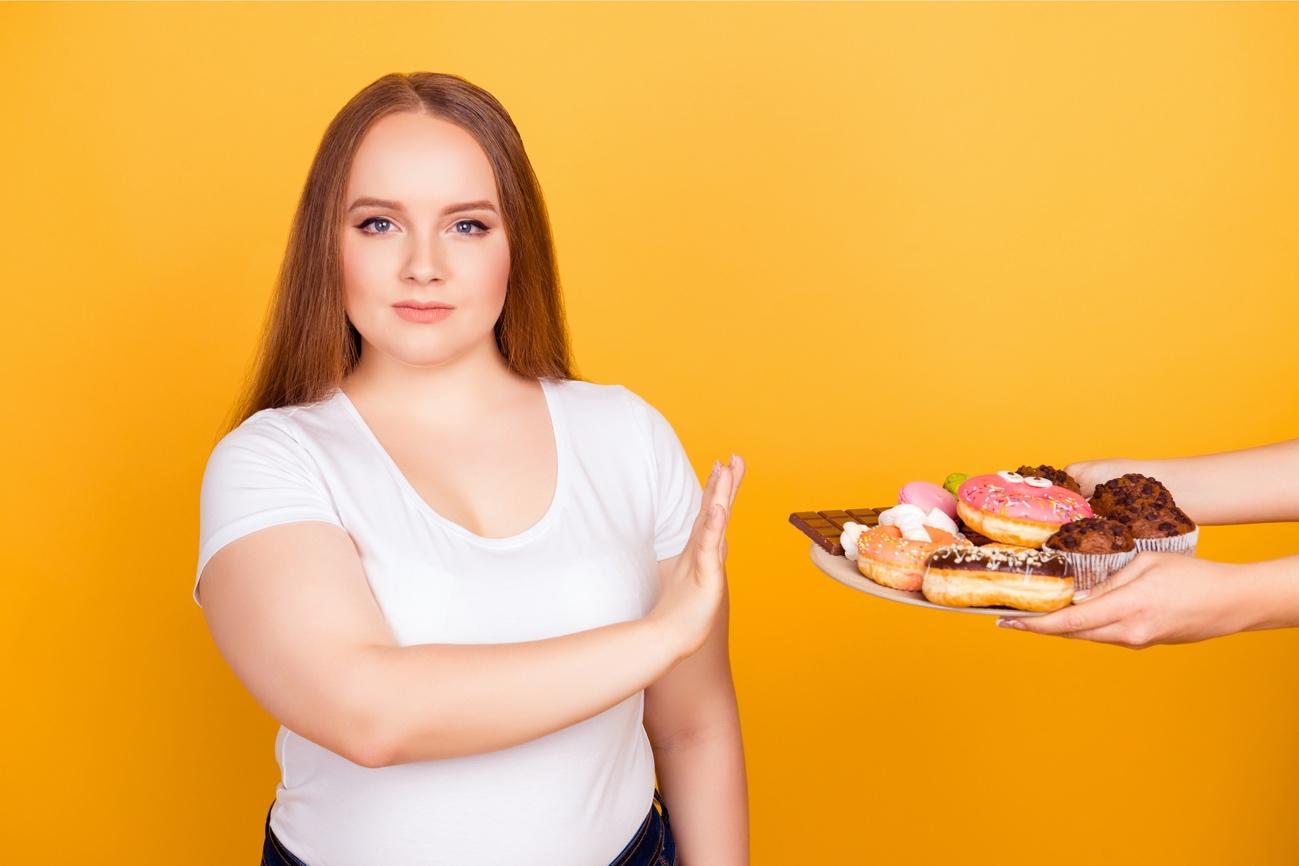 甘いものを拒否する女性