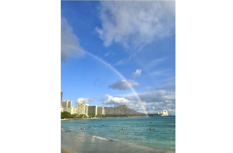 ハワイの海に虹がかかっている写真