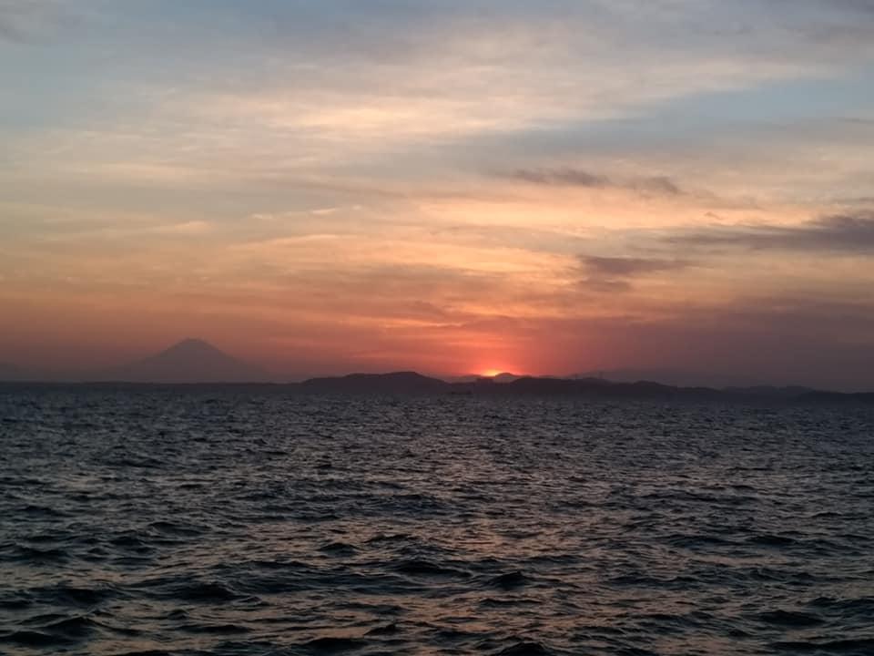 千葉県の岸壁から見た美しい夕焼け