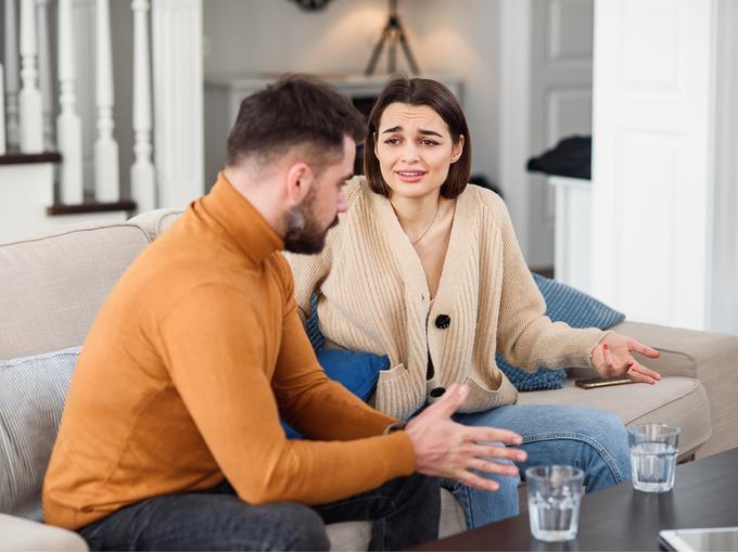 男性に対して意見をぶつける女性