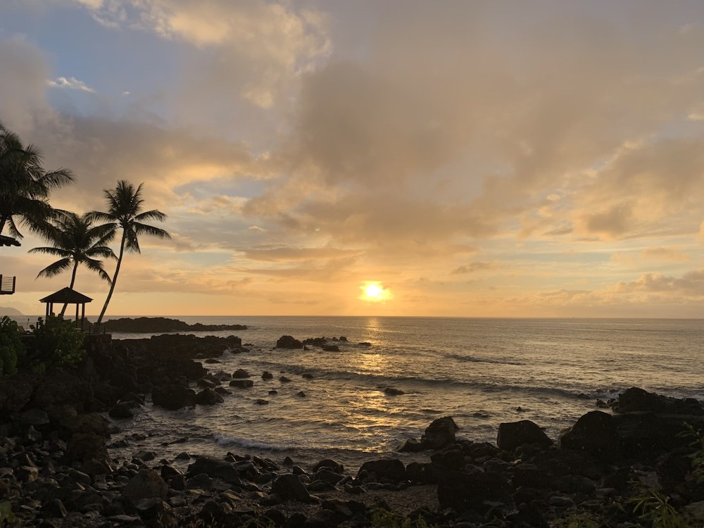 ハワイの日がしずんた海の写真