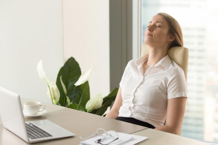 イスに座ってストレスリリースしている女性の画像