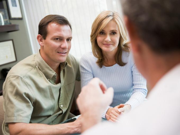医師のカウンセリングを受けるカップル