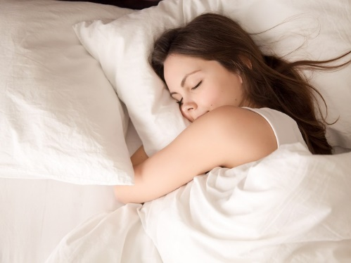 ベッドの上で眠る女性