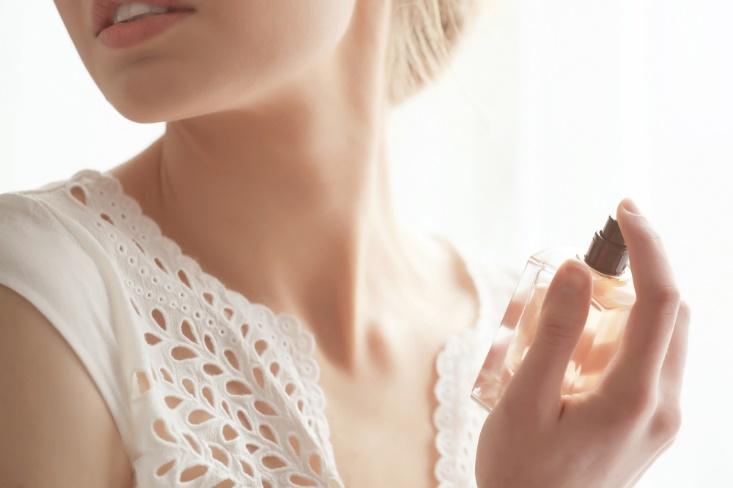 首筋に香水を吹きかける女性画像