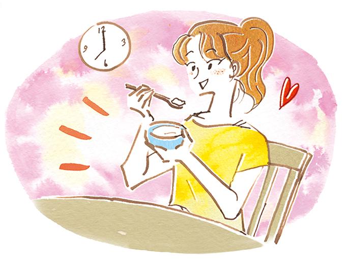 夜にヨーグルトを食べる女性 ※服装をラフなTシャツなどの部屋着に修正を進めています。