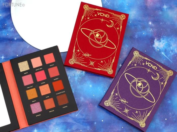 魔法書みたい!話題の中国コスメ「VCND」が2020秋、日本初上陸!「星空12色アイシャドウパレット」&「ピンクミストリップ」をお試し