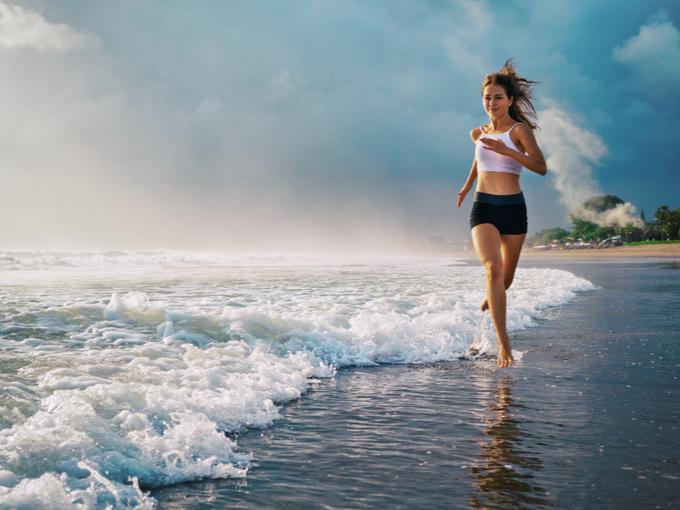 海辺を走る女性