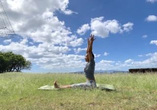 地面にお尻、ひざを伸ばして座り、手を上に上げている