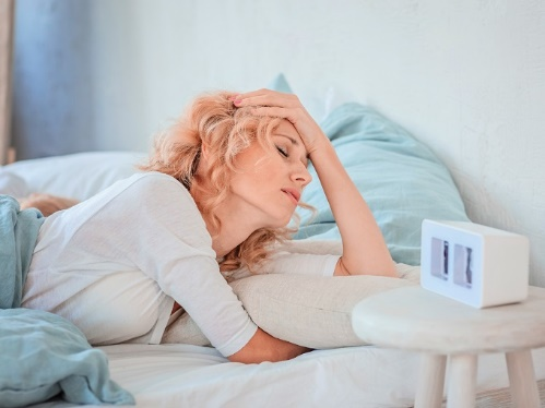 ベッドの上にいる女性