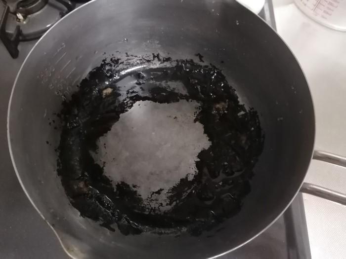 こげついた鍋の画像