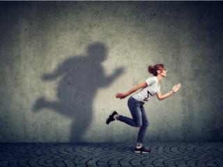 走り出す女性