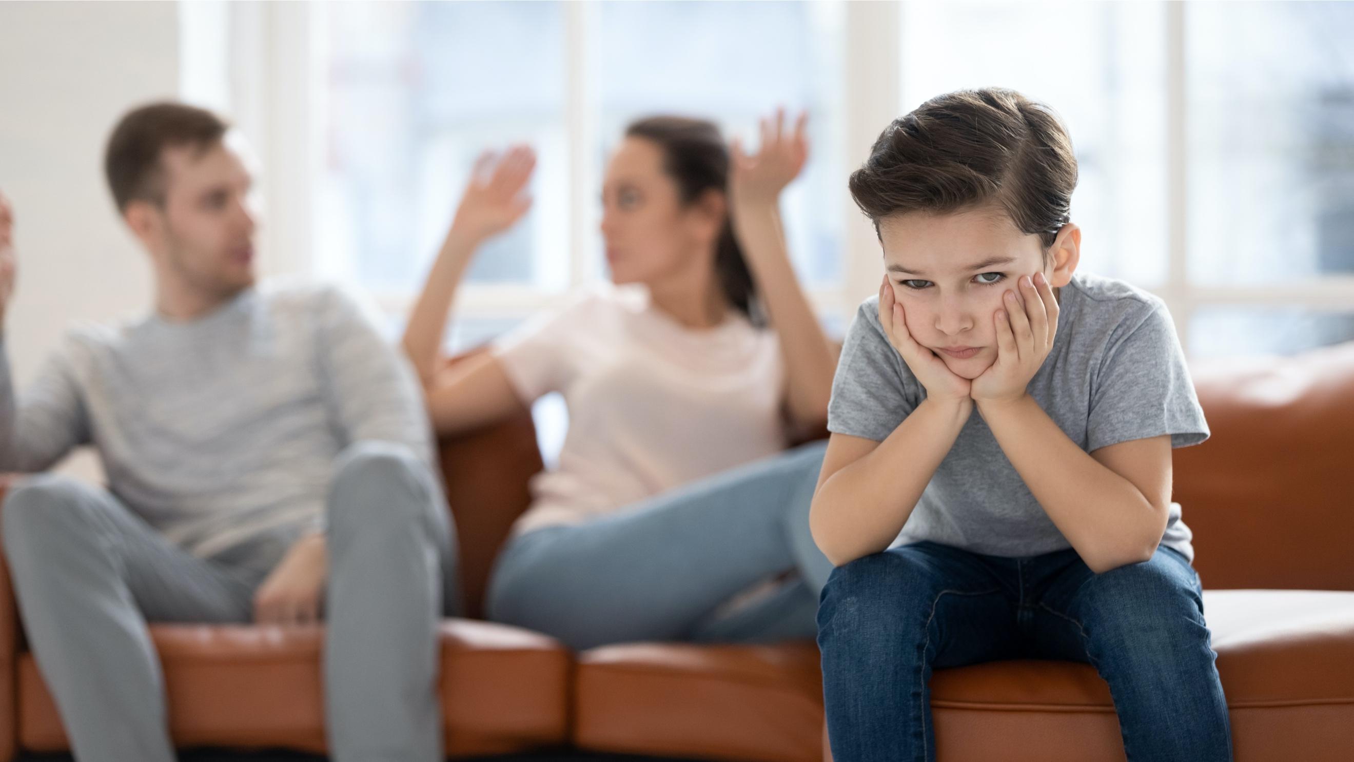 喧嘩する両親にうんざりする子ども