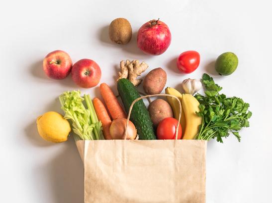 紙袋に入った野菜や果物の画像