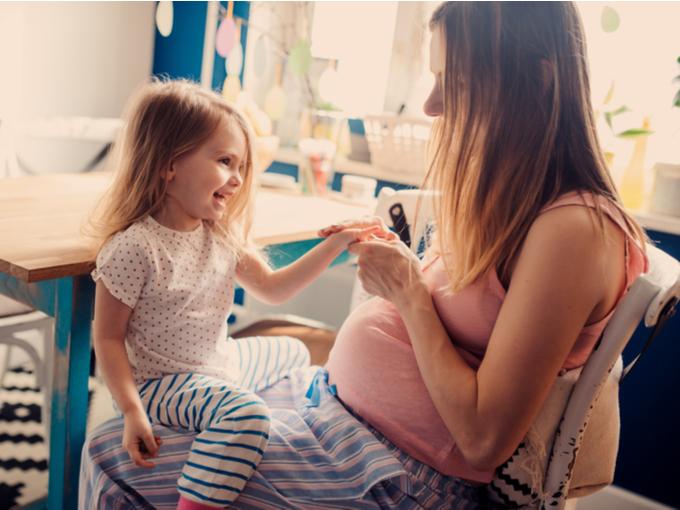 子どもと触れ合う妊婦