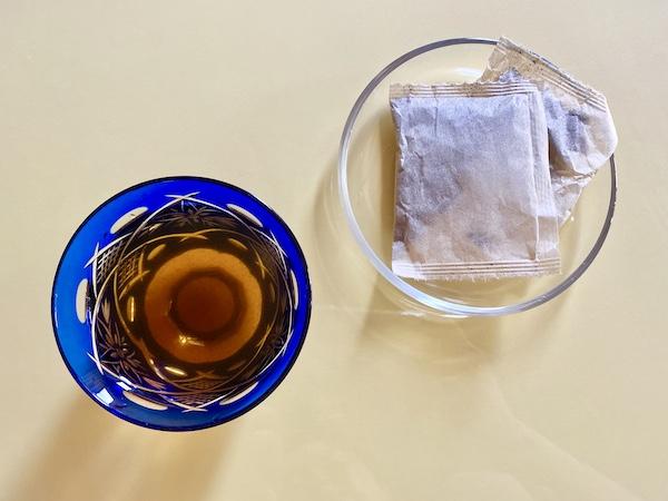 抽出したお茶(左)とティーバッグ(右)