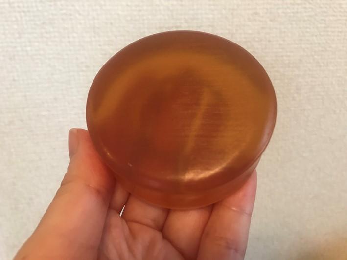 琥珀色の固形石鹸の画像