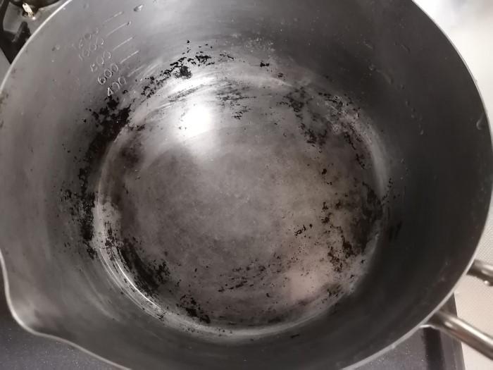 焦げが残った鍋の画像