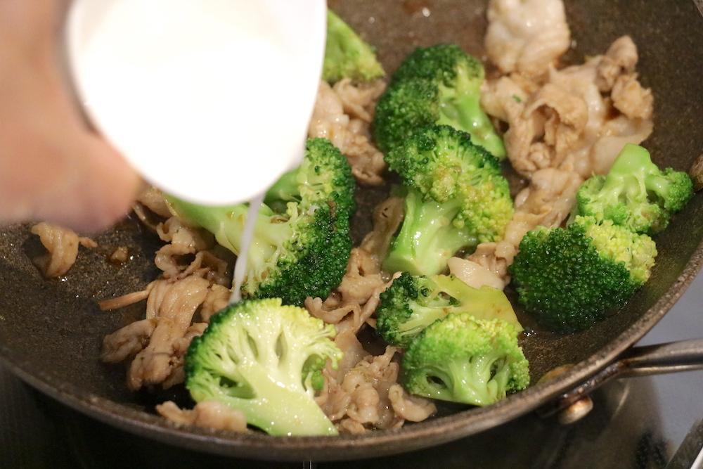 豚肉とブロッコリーを炒めて水溶き片栗粉を入れる