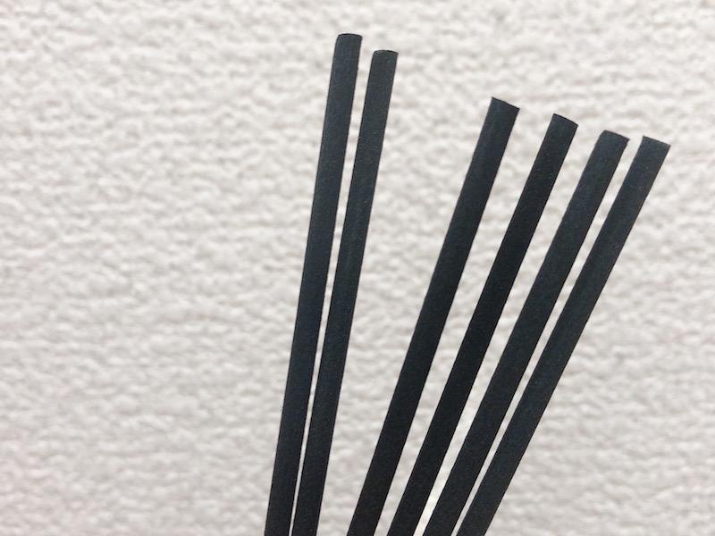 ルームディフューザーの黒いスティックのアップ画像