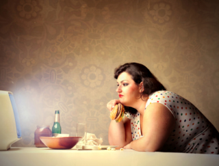 テレビを見ながら食べると太る!? 研究でわかったその理由とは