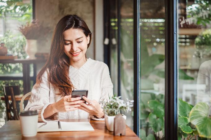 カフェでケイタイを見る女性