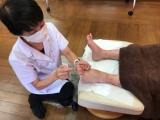 Yuriさんの左足を見る鈴木先生画像