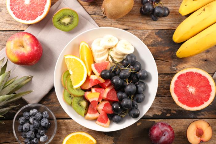 お皿にフルーツの盛り合わせ