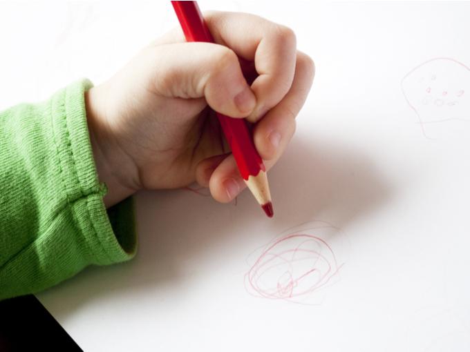 左利きで鉛筆をもつ子ども