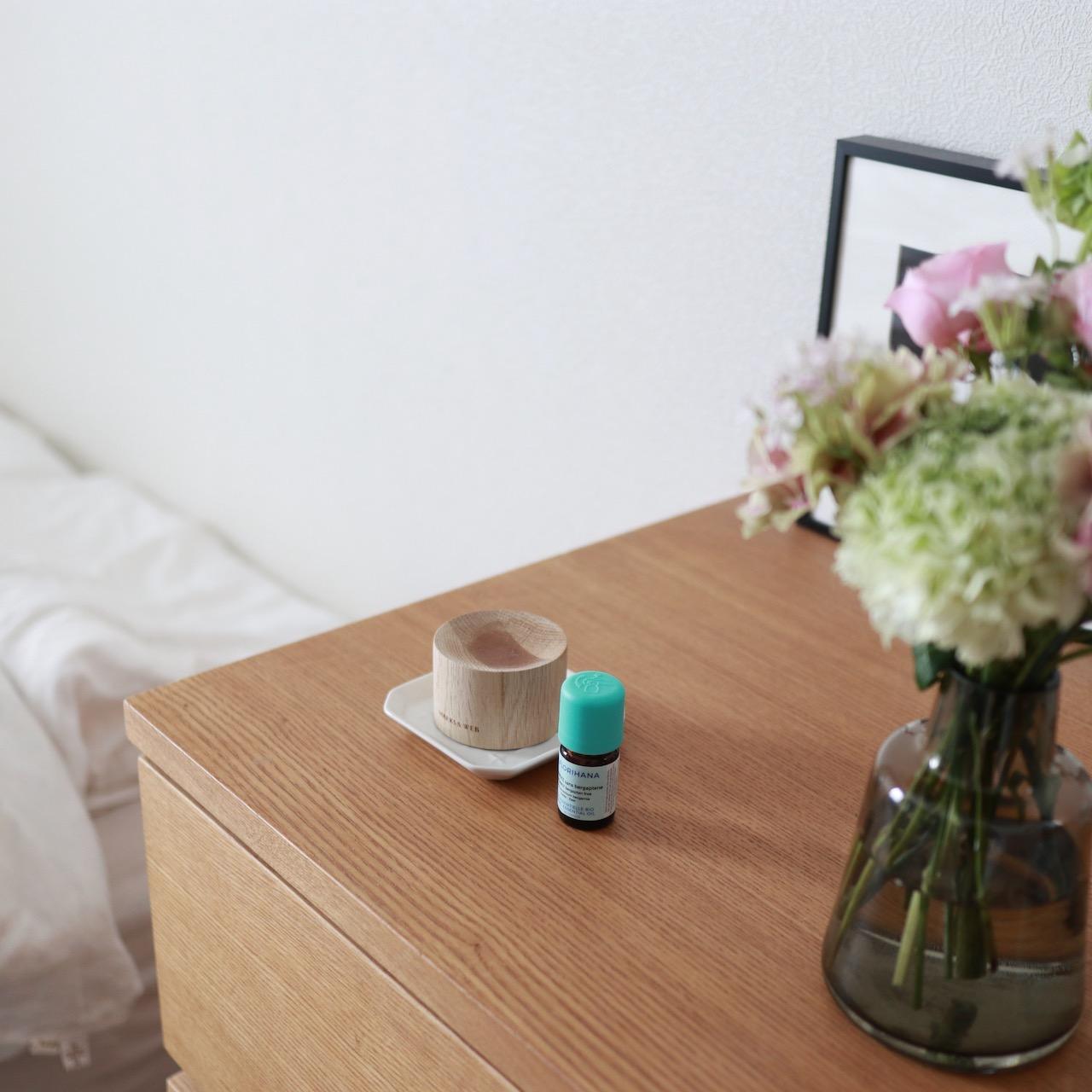 机の上にあるオイルとアロマウッドの画像
