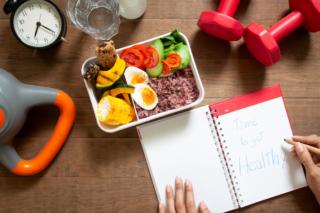 健康的なお弁当とノート